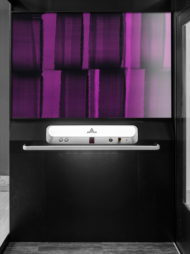 The home elevator Aritco Homelift Access with a designwall showing a picture of fresh sheets
